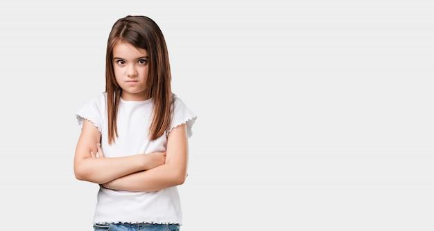 Ganzkörperchen kleines mädchen sehr wütend und verärgert, sehr angespannt, schreiend wütend, negativ und verrückt