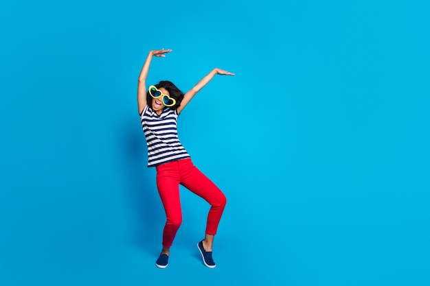 Ganzkörperfoto der funky verrückten frau haben ruhe heben hände tanzen