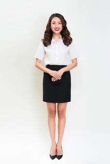 Ganzkörperporträt der glücklichen lächelnden jungen schönen geschäftsfrau
