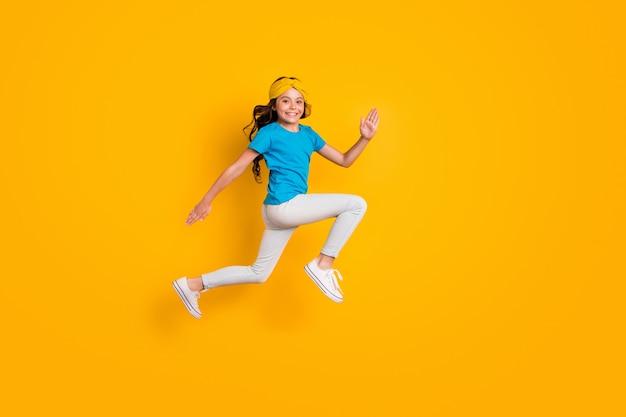 Ganzkörperprofil lustige kleine dame im springlauf