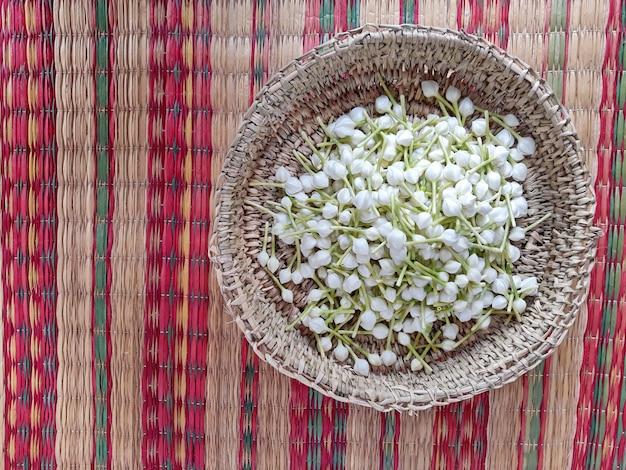Gardenia cape jasmin, die kleinen weißen blüten im korb