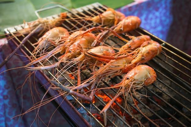 Garnele grillte bbq-meeresfrüchte auf holzkohlenofen für verkauf am thailändischen straßenlebensmittelmarkt
