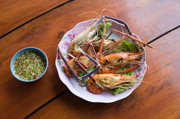 Garnelen, gegrillte flussgarnele oder thailändische garnele auf hölzernem hintergrund