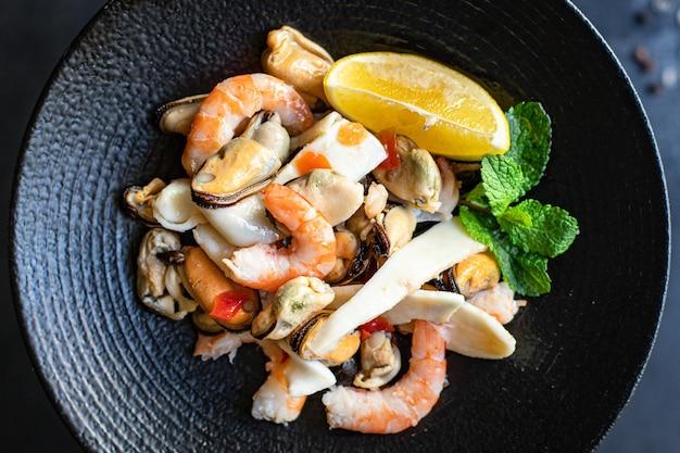 Garnelen mit meeresfrüchtesalat, muscheln, tintenfisch und andere snacks für gesunde mahlzeiten