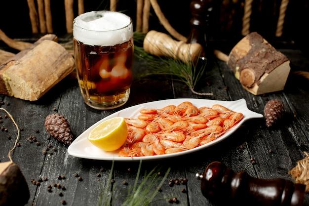 Garnelen mit zitronenscheibe und glas bier