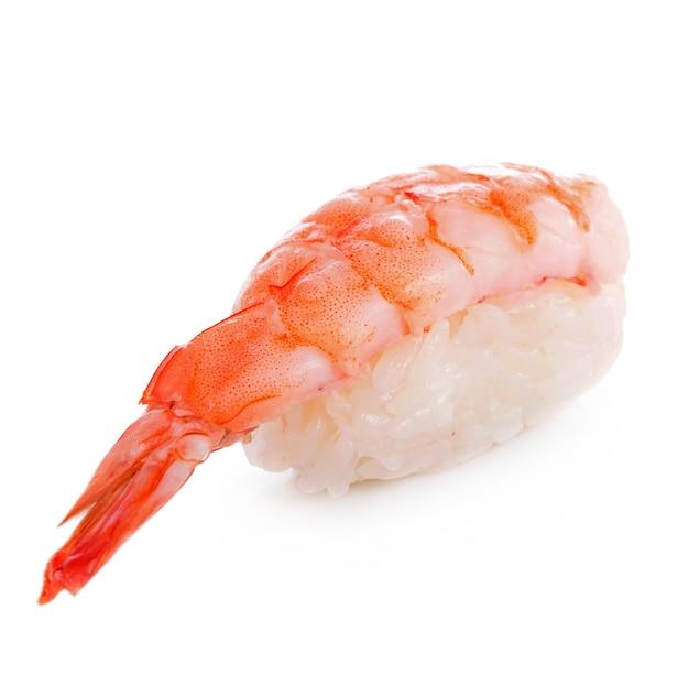 Garnelen-sushi-nahaufnahme isoliert auf weißer oberfläche
