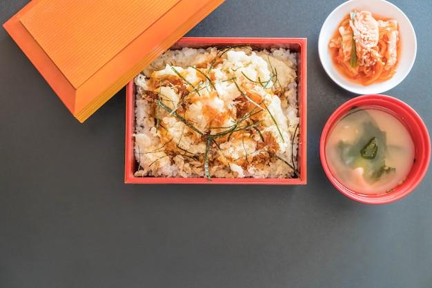 Garnelen-tempura in box gesetzt