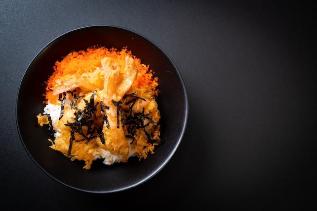 Garnelen tempura reisschüssel mit garnelen ei und algen