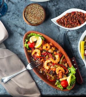 Garneleneintopf mit paprika-pilz-karotte und tomate