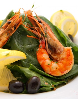 Garnelensalat mit spinat und zitrone