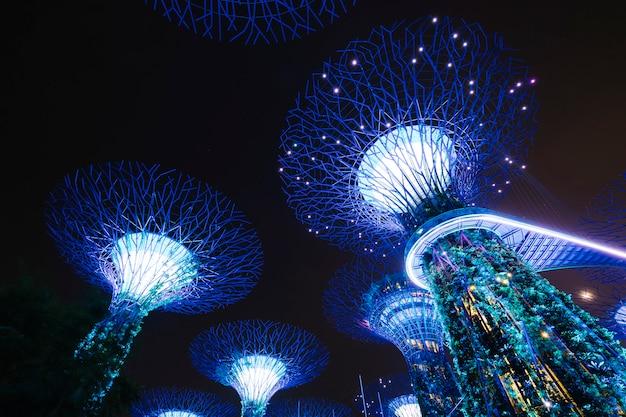 Garten an der bucht in der nachtszene in singapur