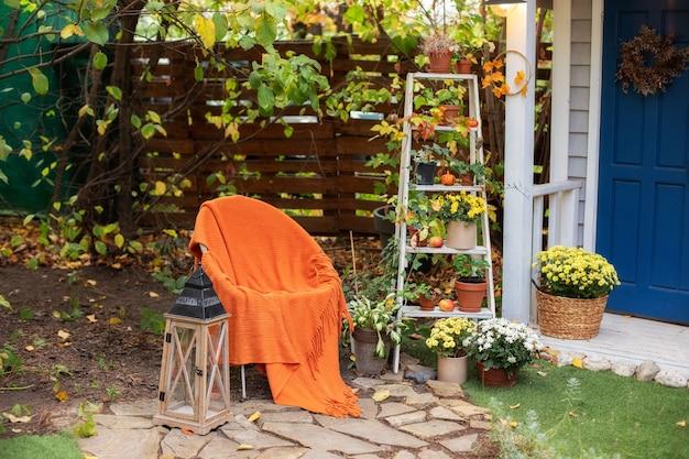 Garten mit stuhl und holzlaterne