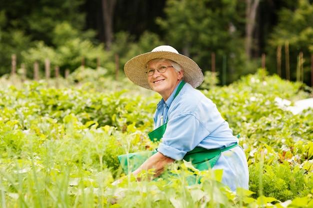 Gartenarbeit der älteren frau
