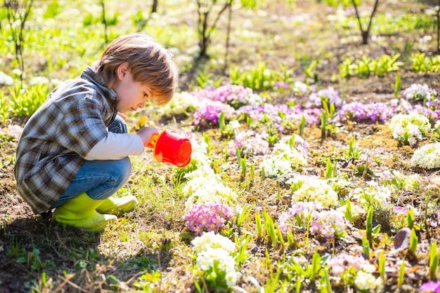 Gartenarbeit mit kleinen kindern ich verbringe gerne zeit auf dem bauernhof, kleiner kleinkindjungen, der im garten arbeitet und ...