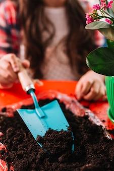 Gartenarbeitkonzept mit frau