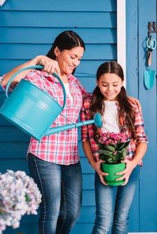 Gartenarbeitkonzept mit mutter und tochter