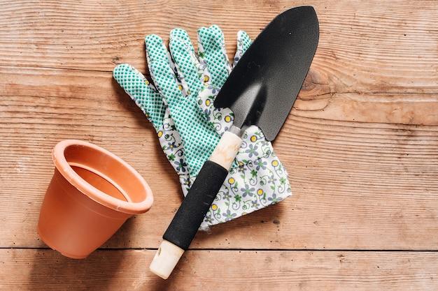Gartenarbeitwerkzeuge der draufsicht auf dem tisch