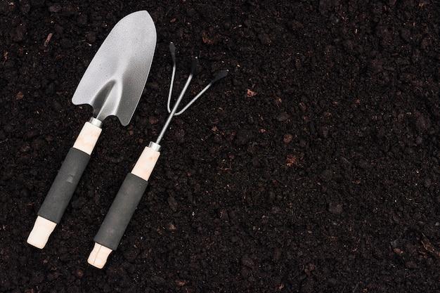 Gartenarbeitwerkzeuge der draufsicht aus den grund