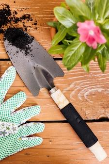 Gartenarbeitzusammensetzung der flachen lage auf dem tisch