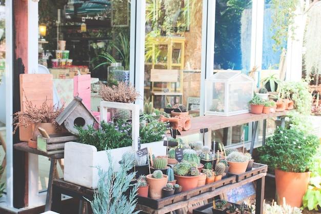 Gartendekorationen mit vogelhaus und kleinen pflanzen