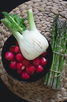 Gartenernte von fenchel, rettich und spargel
