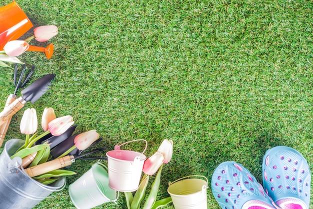 Gartengeräte und blumen