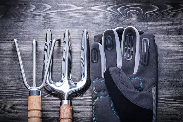 Gartenkonzept mit schutzhandschuhen aus rostfreier rechenkelle