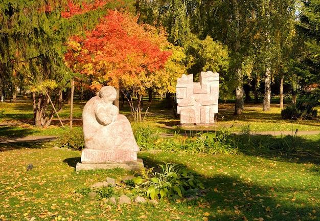 Gartenskulpturen im herbst park marmorskulpturen umgeben von hellem laub