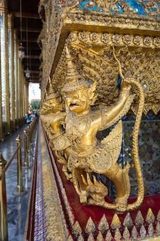 Garuda von wat phra kaew am bangkok-abend