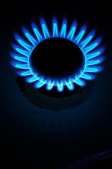 Gas auf dunklem hintergrund