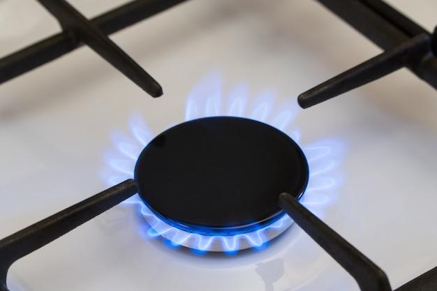 Gas brennt im brenner des gasherdes, gasmangel und krise, draufsicht