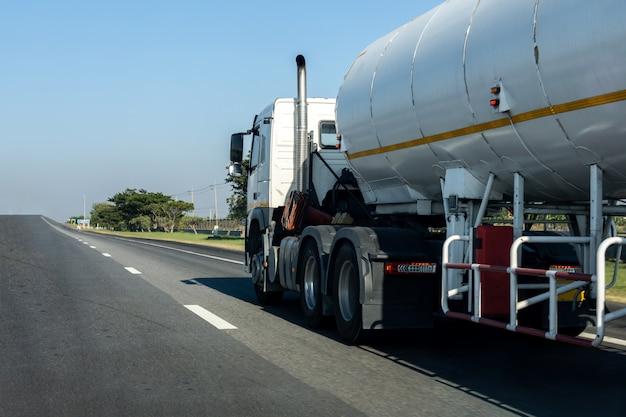 Gas-lkw auf landstraßenstraße mit behälter