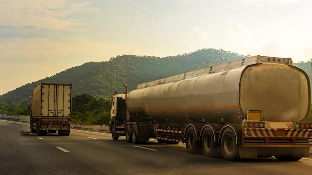Gas-lkw auf landstraßenstraße mit behälterölbehälter, transport, logistisches industrielles des importes, export