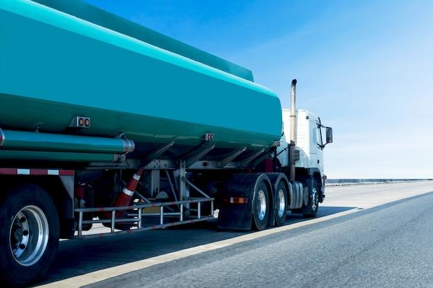 Gas oder öl green tank truck auf logistischem industrietransport auf der autobahn