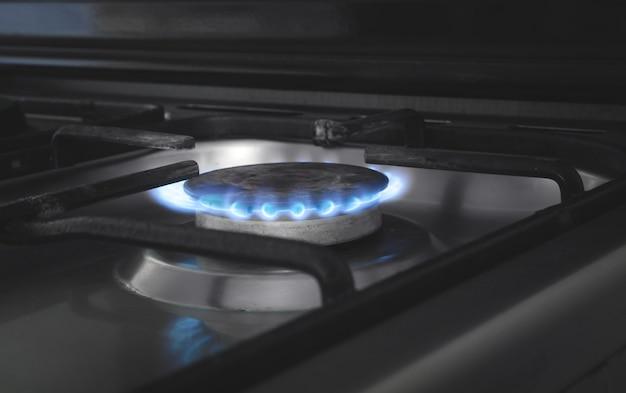 Gasbrenner mit brennendem feuer. küchengas