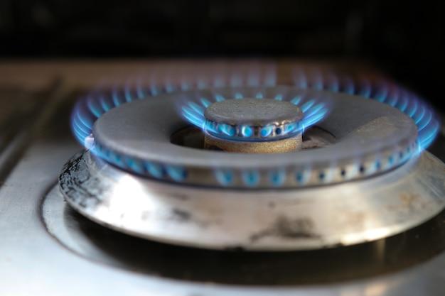 Gasfeuer, das küchenkamin im heißen und gefährlichen hintergrund des hauses kocht