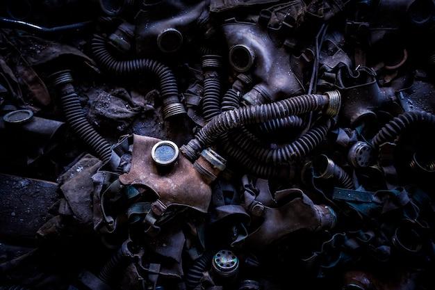 Gasmasken in einer verlassenen schule in tschernobyl pripyat, ukraine (ehemalige udssr).