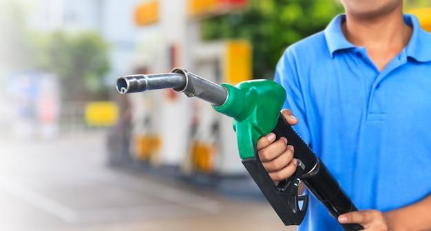 Gaspumpe für das tanken des autos auf tankstelle