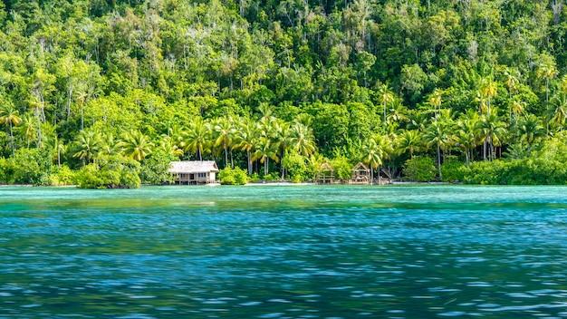 Gastfamilie bambushütte auf monsuar island. raja ampat, indonesien, west papua.
