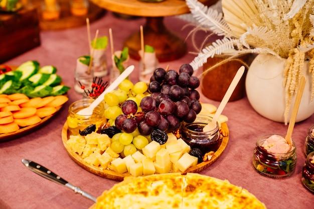 Gastronomie. tisch mit vorspeisen