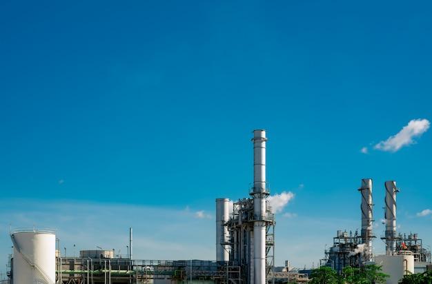 Gasturbinenkraftwerk. energie für unterstützungsfabrik im industriegebiet. erdgastank. kleines gaskraftwerk. kraftwerk mit erdgas als brennstoff. grüne energie.