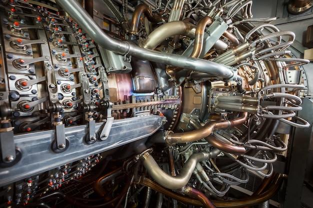 Gasturbinentriebwerk des speisegasverdichters befindet sich innerhalb des unter druck stehenden gehäuses