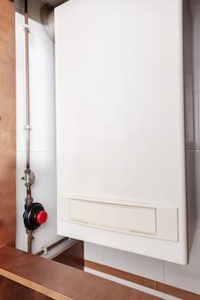 Gaswarmwasserbereiter oder gaskessel in einem haus in innenräumen