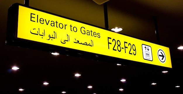 Gate-schild an einem internationalen flughafen im nahen osten mit arabischen informationen