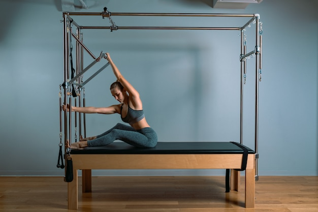 Gaumen trainer mädchen posiert für einen reformer in der turnhalle. fitnesskonzept, spezielle fitnessgeräte, gesunder lebensstil, kunststoff