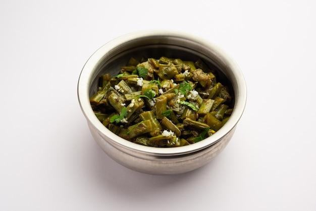 Gavarfali- oder gawar- oder gavar-sabzi-rezept mit clusterbohnen in soße oder trockenbraten