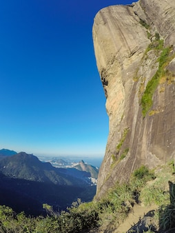 Gavea stein in rio de janeiro mit einem schönen blauen himmel.