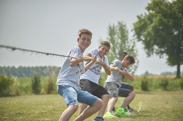 Gavello, italien 24. märz 2020: jungen spielen tauziehen