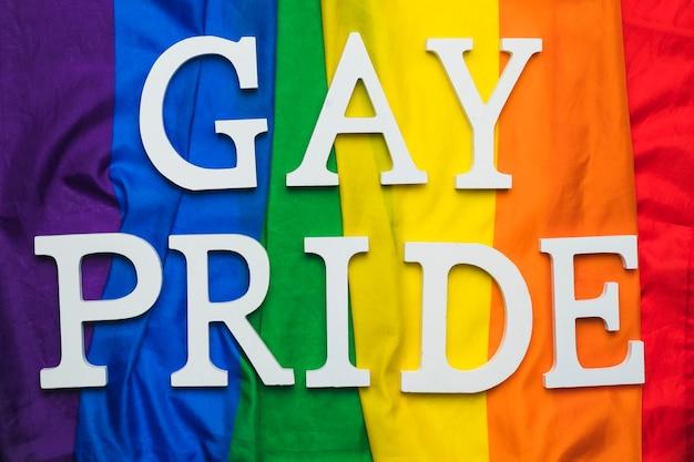 Gay pride schriftzug auf regenbogenfahne