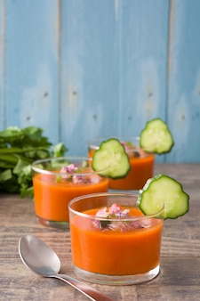 Gazpacho-suppe im glas auf holztisch